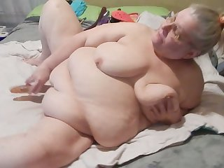 It drives me nuts adhering this granny masturbate with her Hitachi on camera