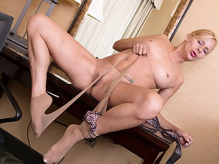 USA mature Payton Leigh gets turned heavens in pantyhose