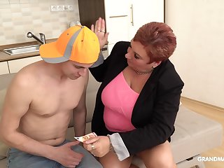 An old woman dominates the brush boy bauble sexually and she loves being mainly top