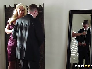 Mature blonde Alura Jenson spreads her legs be beneficial to a younger lover