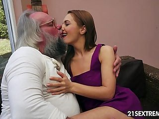 Elderly man bangs Dominica Fox's penurious young pussy