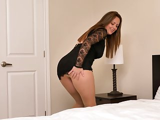 Pantyhose kingpin with a MILF vibe masturbating in will not hear of bedroom
