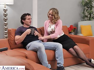 Sexy housewife Elle McRae takes the lead and seduce man for random fuck